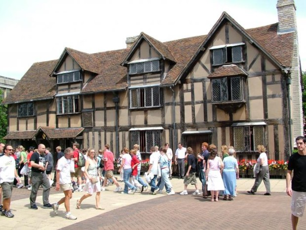 269_6_A+busy+henley+street+outside+the+birthplace_700